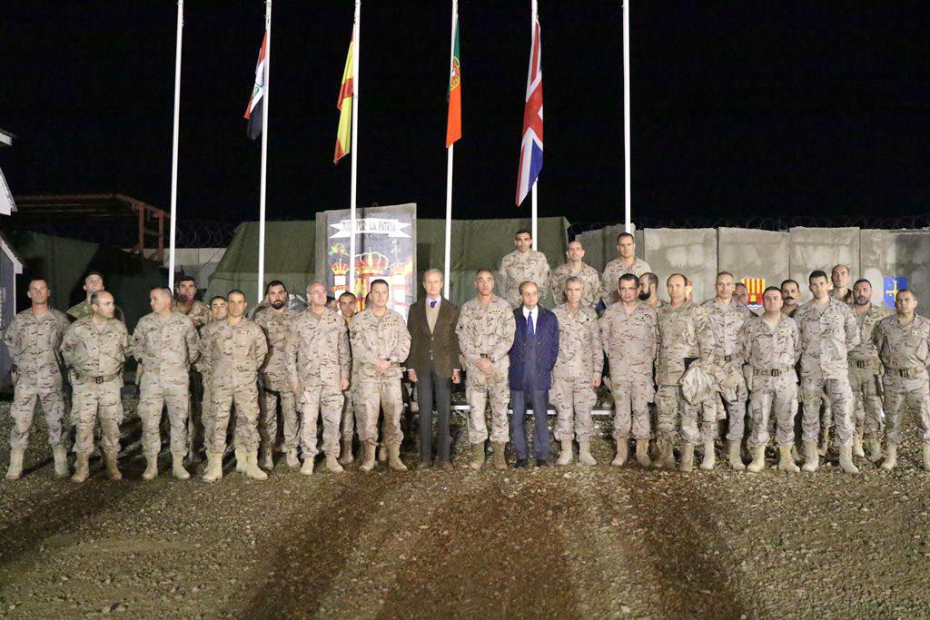 """Foto """"de família"""" em Besmayah com militares dos vários contingentes presentes, incluindo o português."""