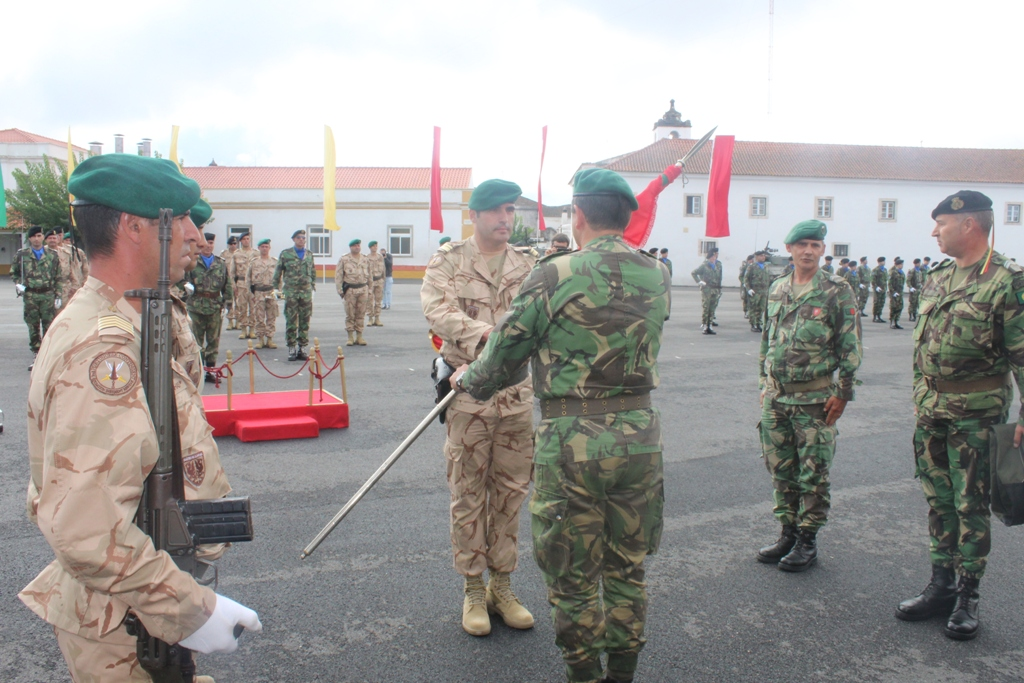 O Comandante da Brigada de Reacção Rápida, major-general Carlos Perestrelo entrega o Estandarte Nacional ao major Fernando Lopes comandante da 2ª FND/OIR/IRAQUE, no passado dia 13OUT15, em Estremoz no Regimento de Cavalaria n.º 3 desta brigada, onde a FND foi aprontada.