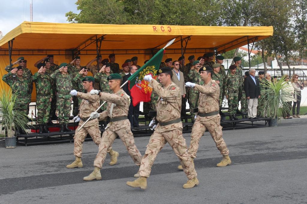 O Estandarte Nacional do 2CN/OIR/IRAQUE desfila em continência perante o Comandante das Forças Terrestres, Tenente-general Faria Menezes, que presidiu à cerimónia em Estremoz.