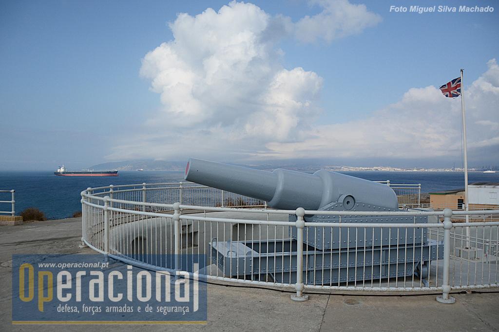 O principal argumento militar da bateria - e hoje de uma visita - o canhão de 12,5 polegadas (317,5mm), vendo-se ao fundo Algeciras (Espanha) e navios a entrar na Baía de Gibraltar, onde se encontram os portos das duas cidades