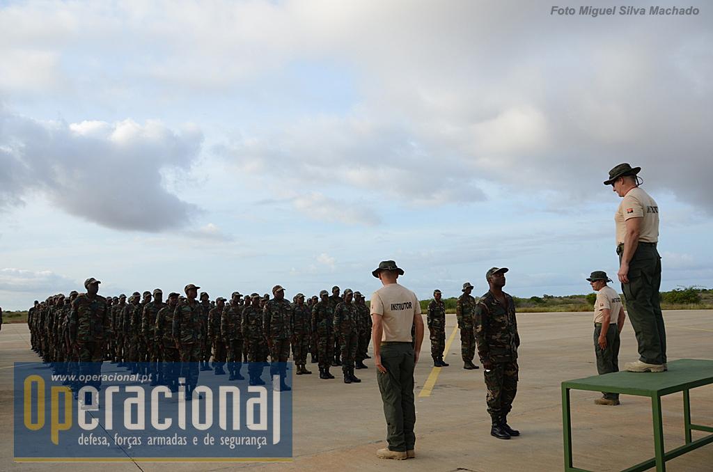 12 de Fevereiro de 2014, o I Curso de Pára-quedismo das Forças Especiais Angolanas está a começar. Segue um formato adaptado do curso de pára-quedismo militar ministrado em Tancos, os instrutores são todos sargentos pára-quedistas portugueses, já desligados do serviço activo. Os alunos são na sua maioria comandos, mas também de operações especiais e fuzileiros.