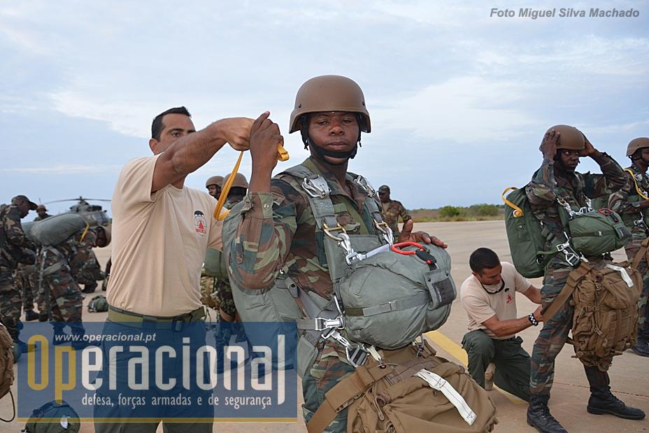 """Todos as verificações são executadas pelos instrutores portugueses e monitores angolanos, os alunos vão """"para o ar"""" 100% confiantes no material e na formação recebida."""