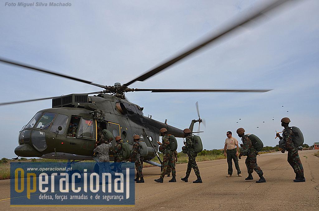 """A """"dois passos"""" do local de equipar aterravam/descolavam os MI 17 da Força Aérea Nacional que transportavam 12 militares para saltar."""