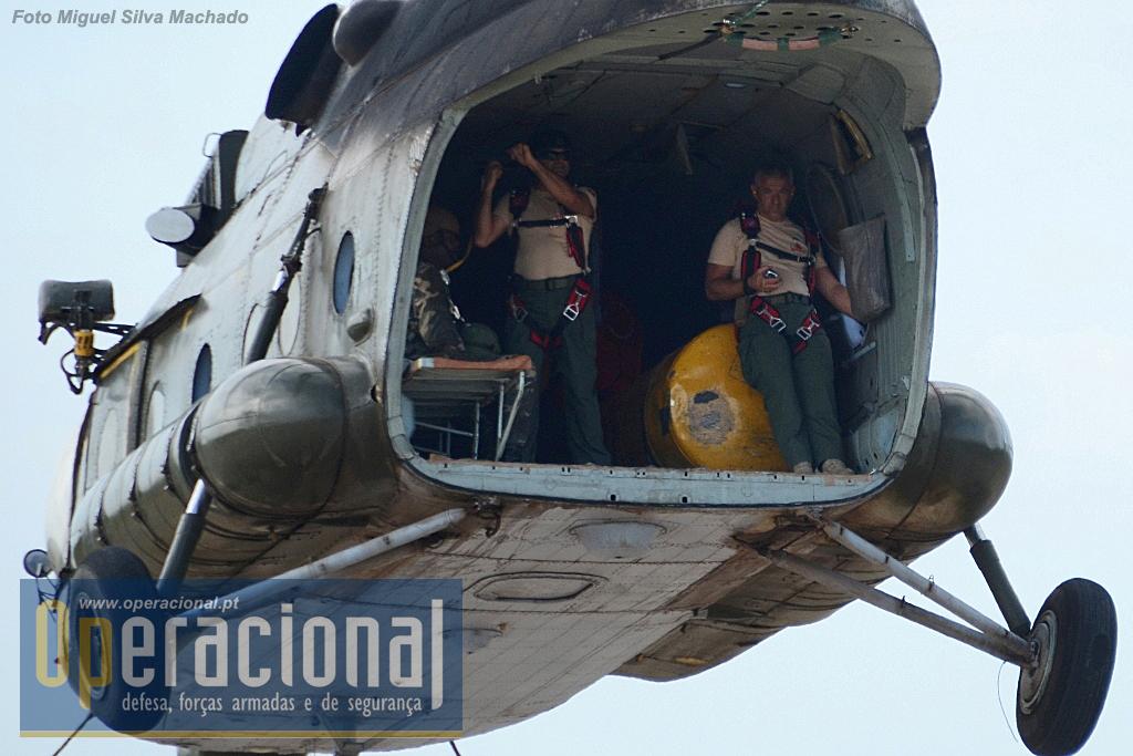 """Os MI 17 operaram sempre sem os """"batentes"""" (as portas da retaguarda da aeronave) e os saltos foram executados pela """"rampa"""". Anteriormente em Angola efectuavam-se saltos desta aeronave mas pela porta lateral (na frente), com os pára-quedas """"tipo russo""""."""