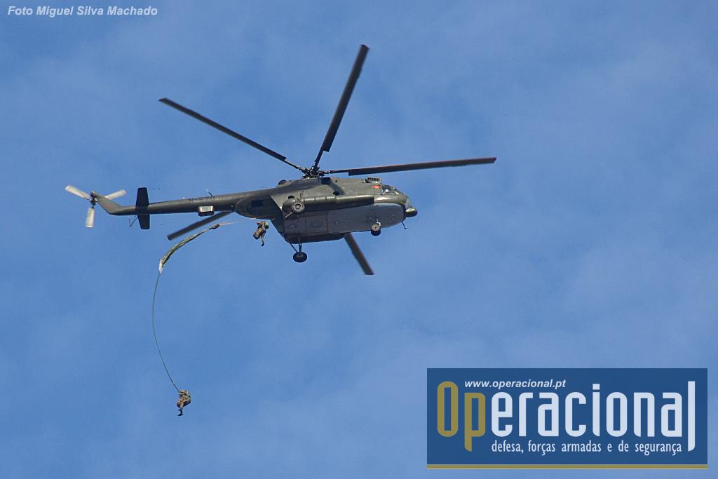 A 400m de altitude o MI 17 passa sobre a ZL depois de um curto circuito em que estabelece as comunicações com os operadores de zona. Os lançamentos foram feitos à ordem do operador no solo em comunicação com o piloto.