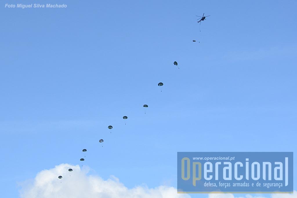 Após os primeiros saltos mais espaçados, em breve as patrulhas de salto começavam a sair numa cadência bem rápida.