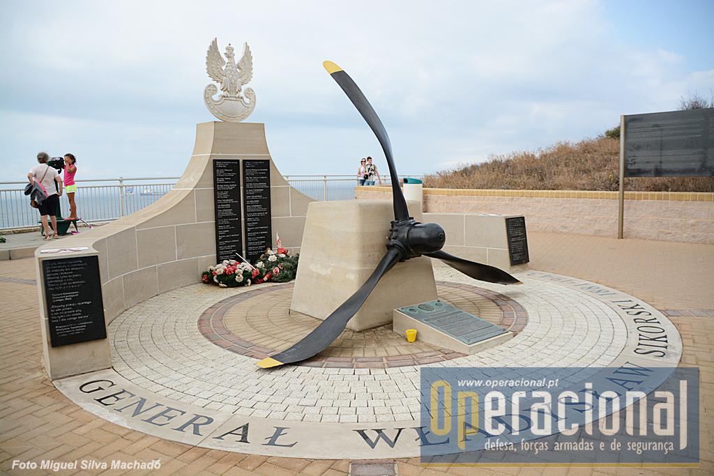 """O memorial ao General Władysław Sikorski, aqui erigido por ocasião do 70.º aniversário da sua morte, foi pago pelo governo Polaco depois de um aturado trabalho do """"Conselho Polaco para a Protecção de Memória do Combate e do Martírio!"""" (em tradução livre), e com a simpatia do governo de Gibraltar."""