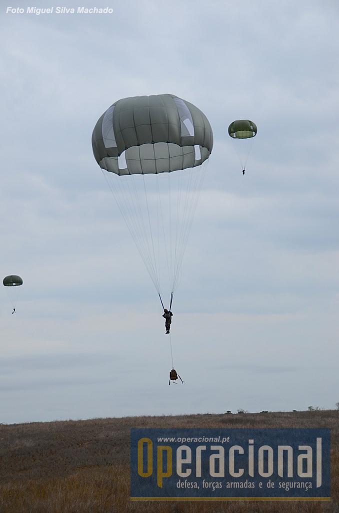 A preparação da aterragem com os pára-quedas orientáveis ajuda o pára-quedista a fazer o contacto com o solo em boas condições. As mochilas CamelBak para salto em pára-quedas provaram bem.