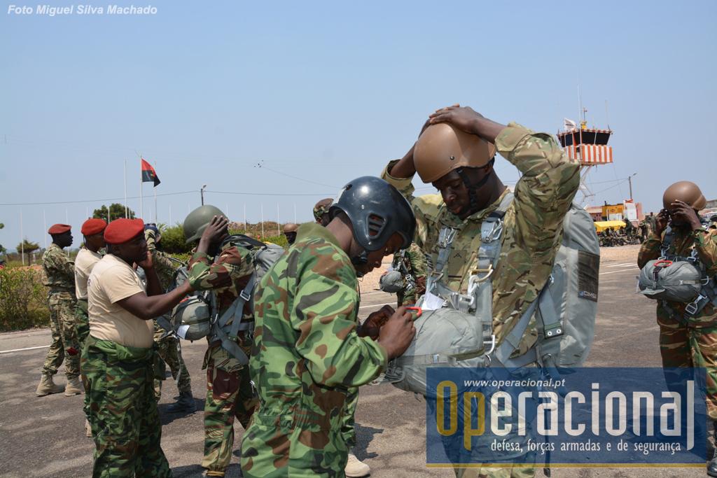 """Em Setembro de 2014, instrutores angolanos passam a inspecção a """"páras"""" de vários países da SADC, antes de um salto no exercício """"Vale do Keve 2014"""" no Waku-Kungo/Cuanza Sul."""