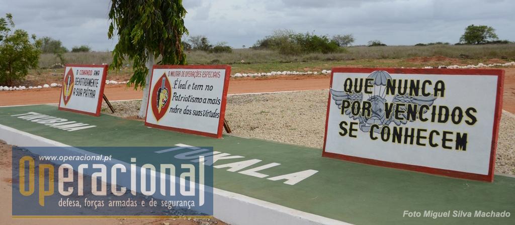 """Junto à Porta de Armas em Cabo Ledo, a emblemática das várias componentes da BRIFE e da EFFE. Ao contrário do que se possa pensar, não houve qualquer influência dos formadores portugueses no """"lema"""" dos """"páras"""" angolanos. Já lá estava quando chegaram!"""