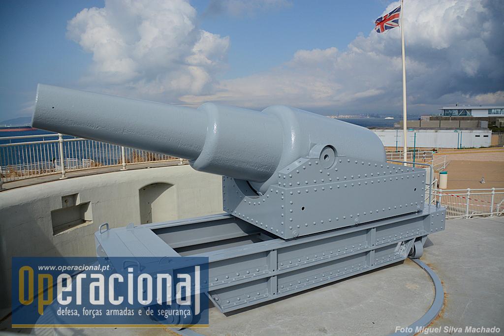 O canhão de 12 polegadas que ali existia foi lançado ao mar mas felizmente em Gibraltar havia mais!