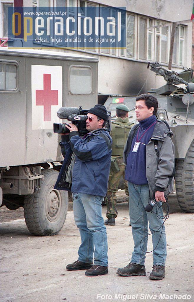 """Aurélio Faria (à direita) e Carlos Santos em Gorazde, Fevereiro de 1996, acompanhando as forças do 2.ºBIAT que tinham """"rompido o cerco"""" à cidade."""
