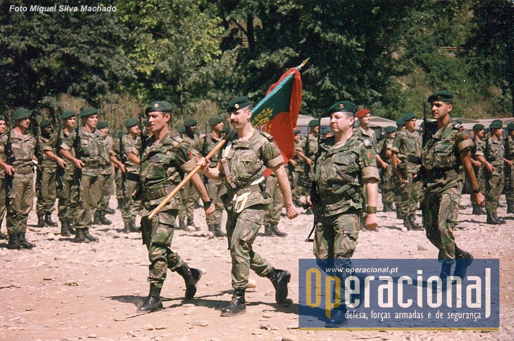 O Estandarte Nacional do 2.ºBIAT em Vitkoviće - Goražde, Agosto de 1996. Foi a primeira missão do batalhão, desde então já esteve também em Timor-Leste, Afeganistão e Kosovo, onde vai regressar em Abril.