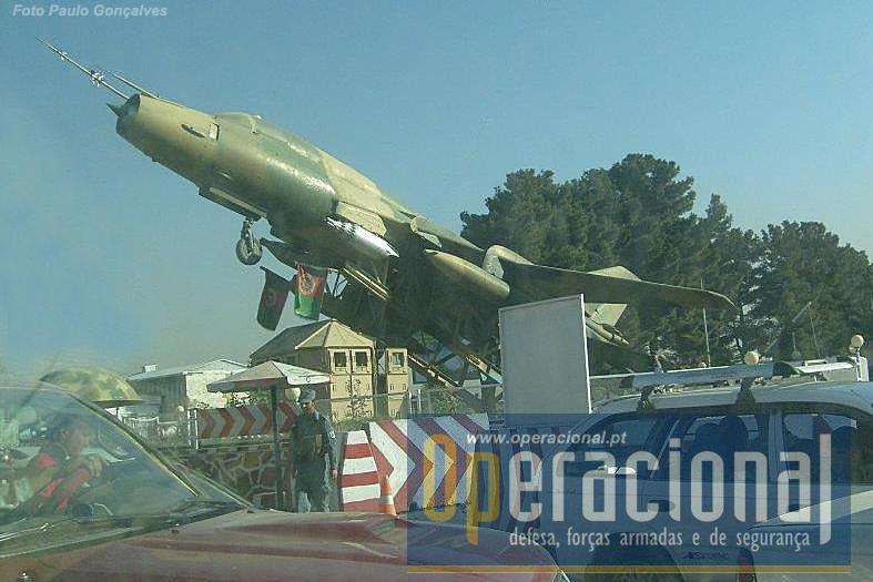 No meio de um tráfego infernal e ameaças de ataques suicidas, o Sukhoi 17 relembra os visitantes que o Afeganistão já teve um poder aéreo respeitável.