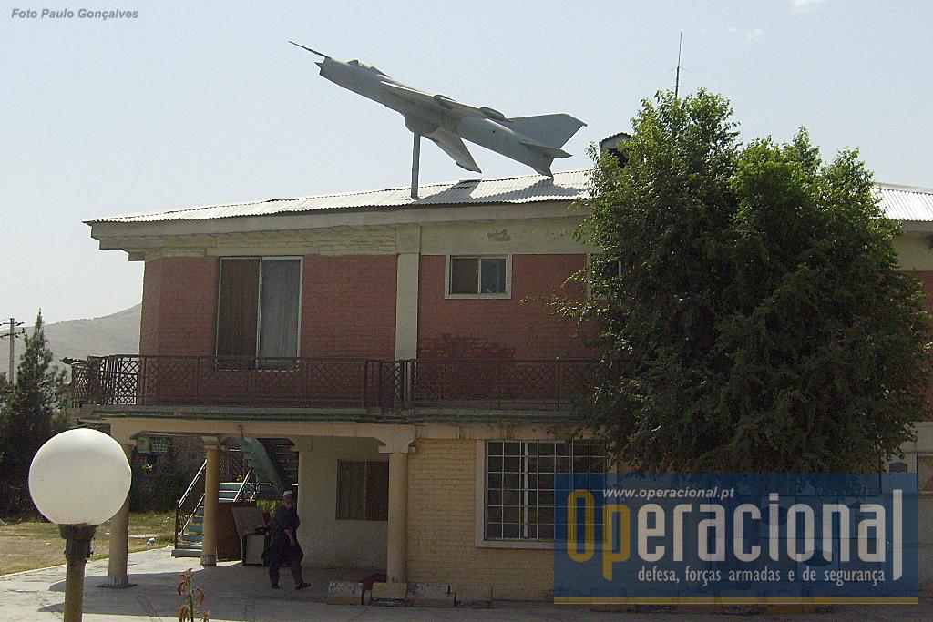 Este edifício foi ornamentado com uma réplica de um Sukhoi SU 7.
