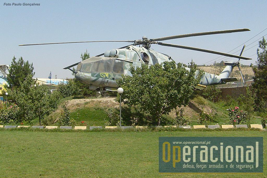 Um MIL MI-24, helicópterso de ataque fabricado na URSS e depois na Rússia e ainda ao serviço em muitos países. Terão sido produzidos mais de 2.000 e no Afeganistão serviram helicópteros deste tipo da URSS que depois também forneceu alguns à força Aérea do país.