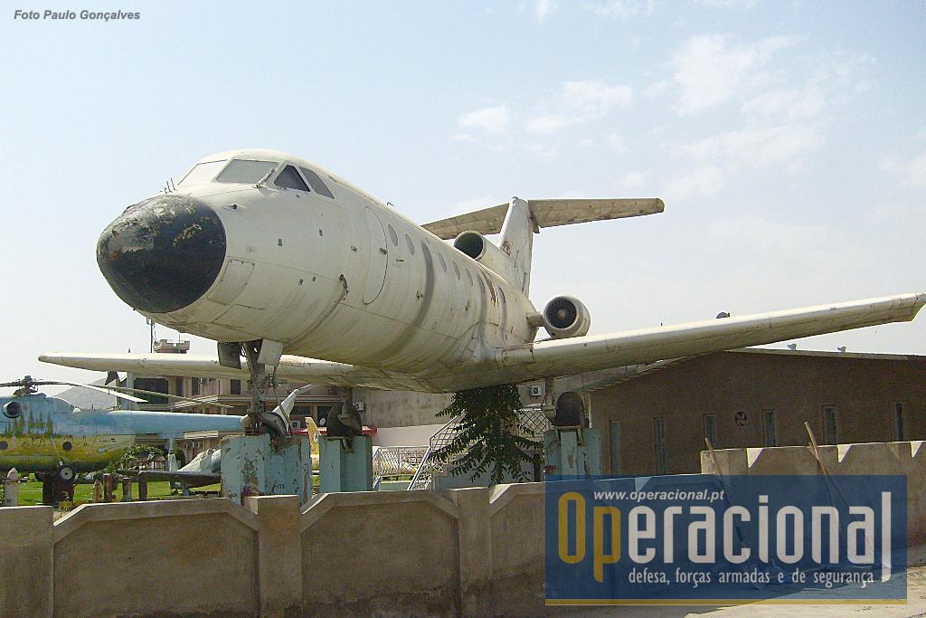 Mais um avião da antiga URSS, um Yakovlev Yak-40, jacto de transporte de passageiros produzido a partir dos anos 60 até aos 80 e que ainda se encontra a voar em alguns países.