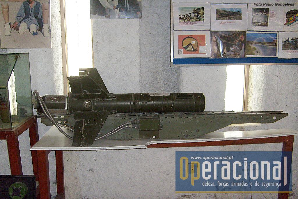 """O AT 2 """"SWATTER"""", míssil anti-carro que podia ser empregue a partir de helicópteros.Guiamento por radio."""