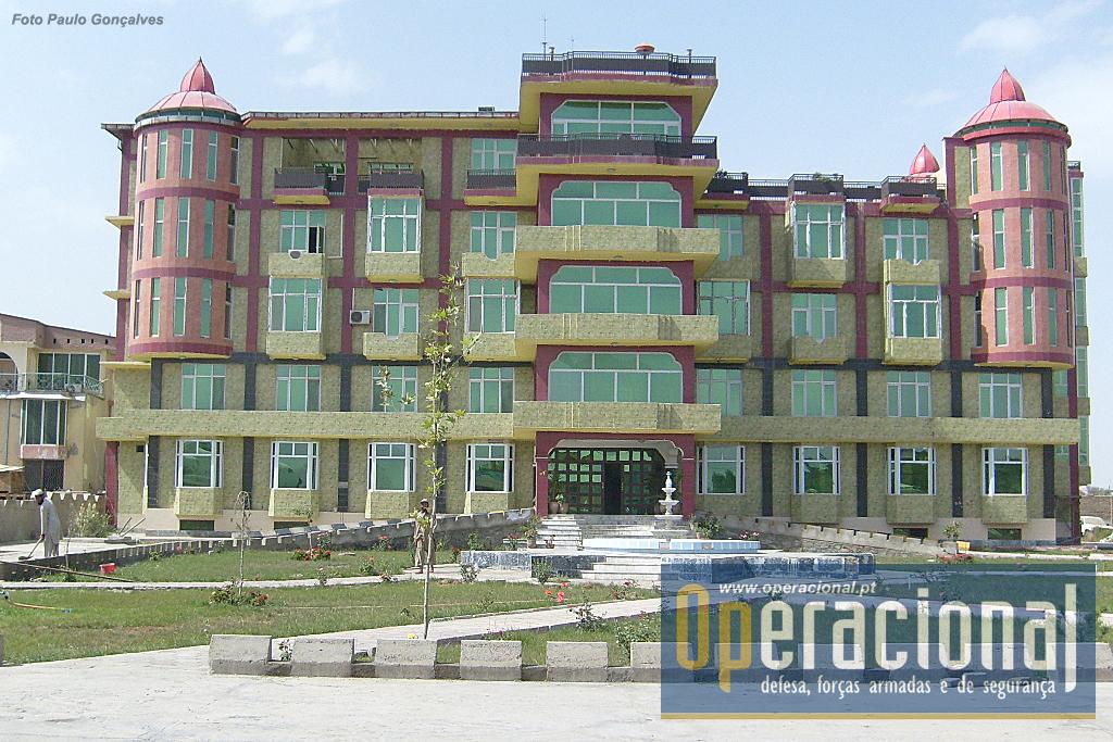 Após ultrapassar os altos portões, o visitante depara-se com o imponente edifício sede da NGO OMAR.