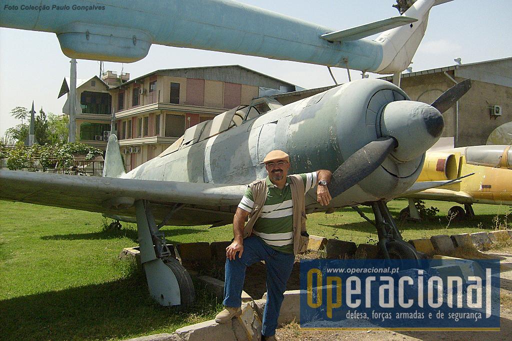 O autor junto a um Yakovlev 11. O Yakovlev Yak-11 foi construído na URSS, serviu entre 1947 e 1960 e o Afeganistão terá recebido cerca de 15 destas aeronaves ainda nos anos 50 e que se mantiveram a voar até 1990. Mais de 20 países usam versões deste avião.