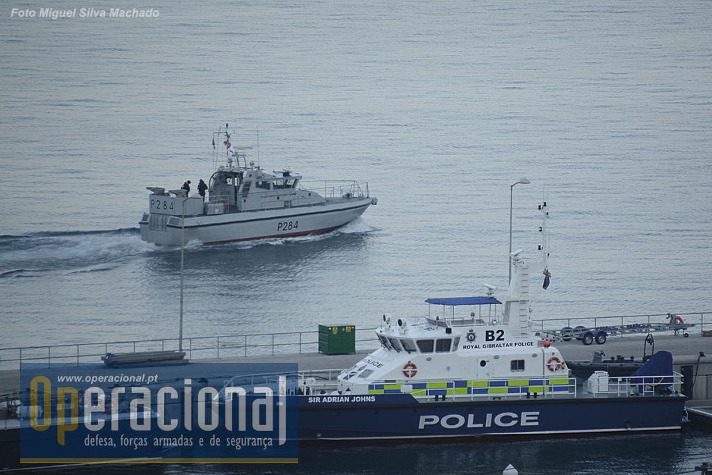 """Bem cedo o HMS Scimitar (P284) deixa a Base Naval em direcção à Baía de Gibraltar. Juntamente com o HMS Sabre, compões a pequena na activa - saídas diárias a várias horas - """"frota permanente"""" da Royal Navy em Gibraltar. Os meios navais da Royal Gibraltar Police também actuam a partir desta base de grandes dimensões, apta a receber e reparar navios de grande porte."""