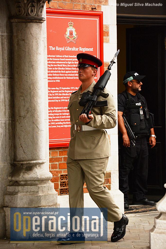 """O Royal Gibraltar Regiment do Exército Britânico garante também a guarda ao """"Convento"""", a """"Residência do Governador"""". Em segundo plano um elemento da Royal Gibraltar Police."""