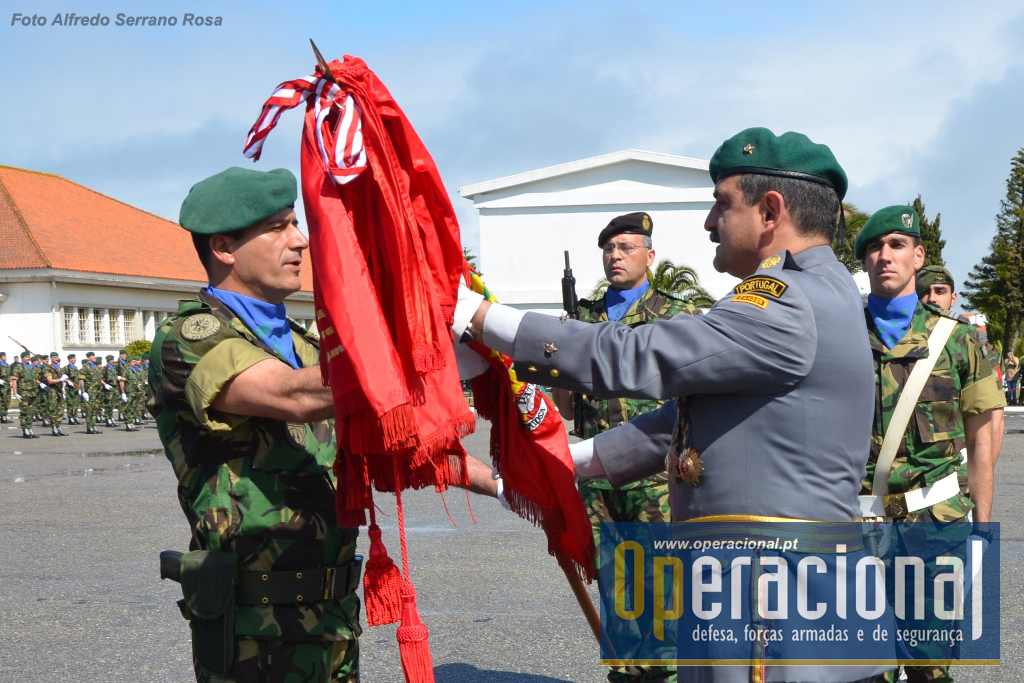 O Comandante da Brigada de Reacção Rápida, Major-General Carlos Perestrelo, entrega o Estandarte Nacional do 2.ºBIpara ao seu comandante, Tenente-Coronel Francisco Sousa.