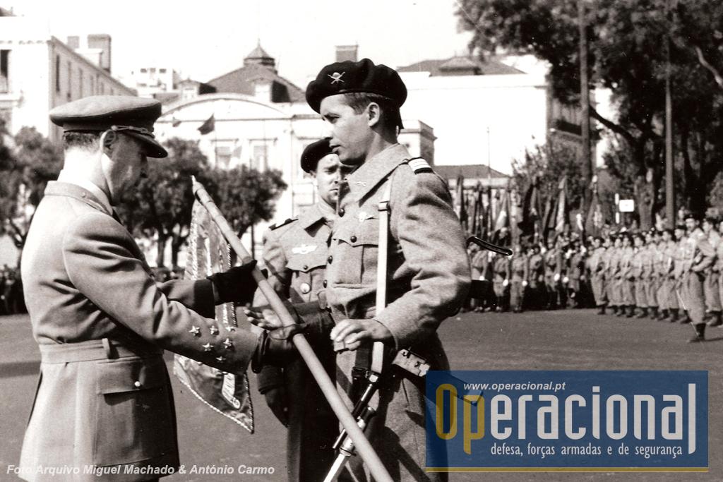 O capitão Armindo Martins Videira, paraquedista militar português nº 1 e o primeiro comandante do BCP , recebe o Guião das mãos do Presidente da República, General Francisco Higino Craveiro Lopes.