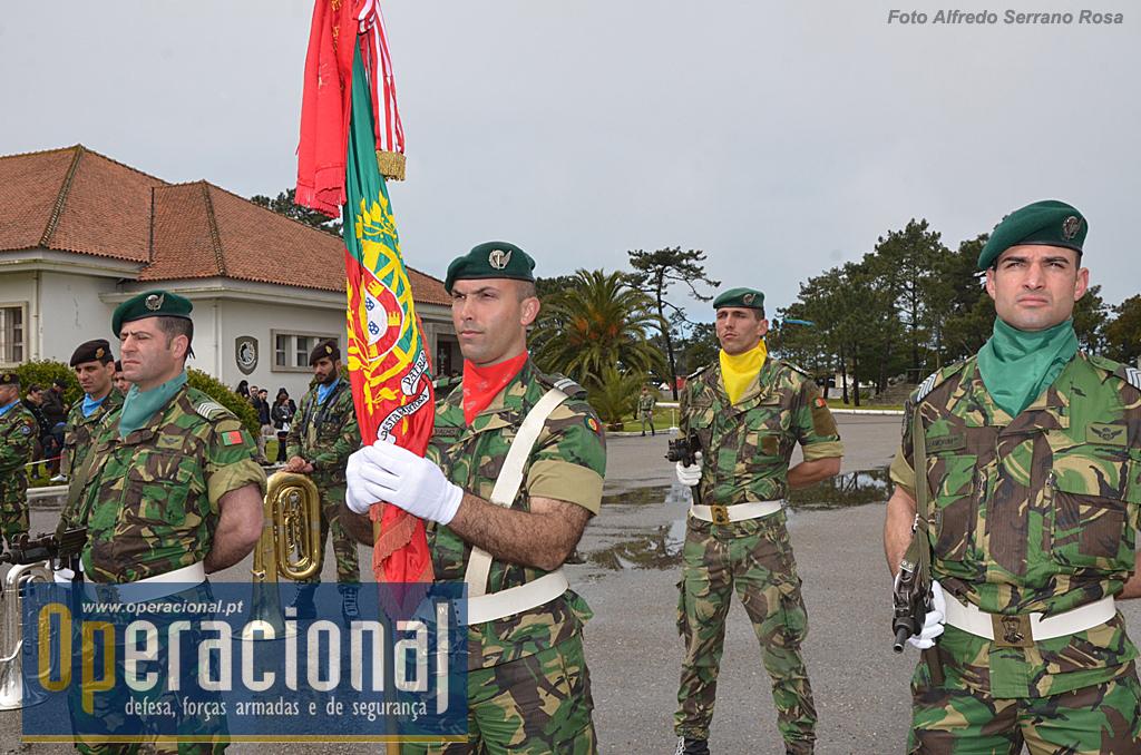 O Estandarte Nacional do Regimento de Infantaria n.º 10 e Escolta.