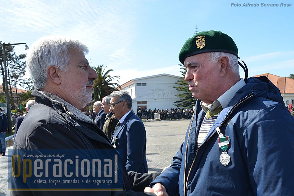 O Major-General Avelar de Sousa impõe a medalha Comemorativa das Campanhas (Moçambique 1966-1968) ao ex-Combatente PCAB/PARAQ Ferreira da Silva.