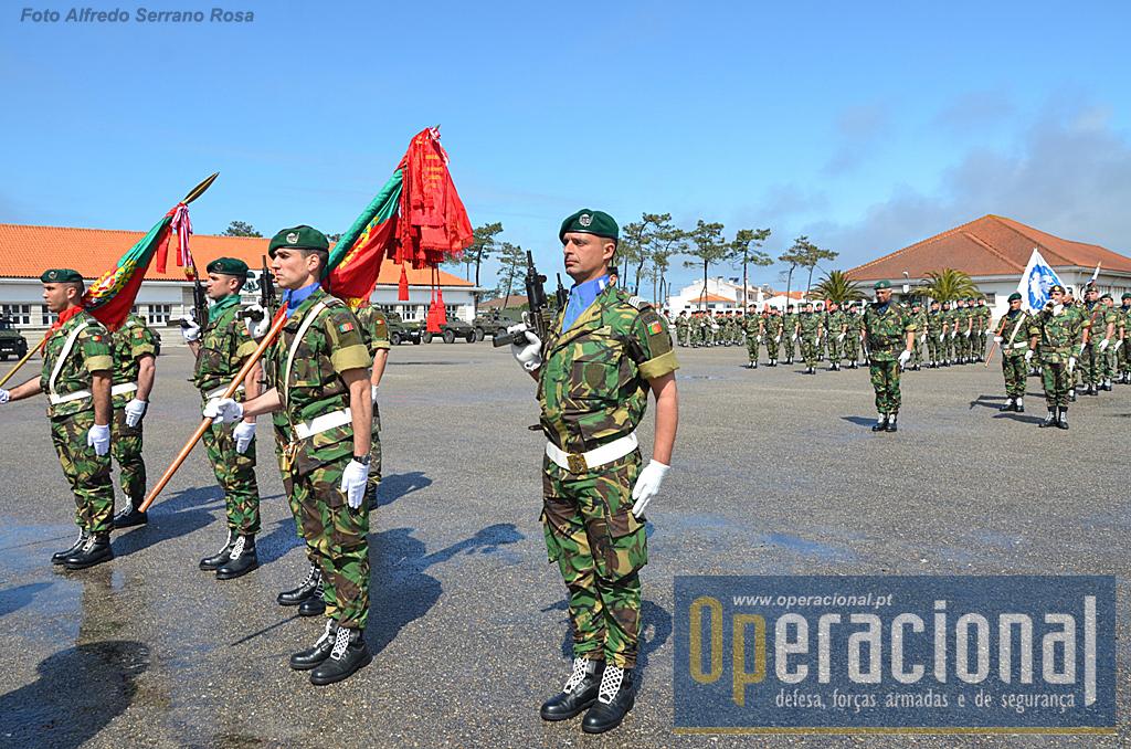 Os Estandartes Nacionais do RI 10 e do 2.ºBIPara e respectivas escoltas, prontos para iniciar o desfile encabeçando as forças em parada.