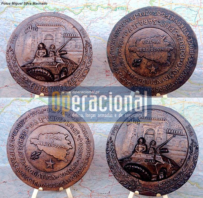Medalha comemorativa do 20.º Aniversário do início da participação portuguesa na missão da NATO na Bósnia-Herzegovina, nas duas versões existentes.