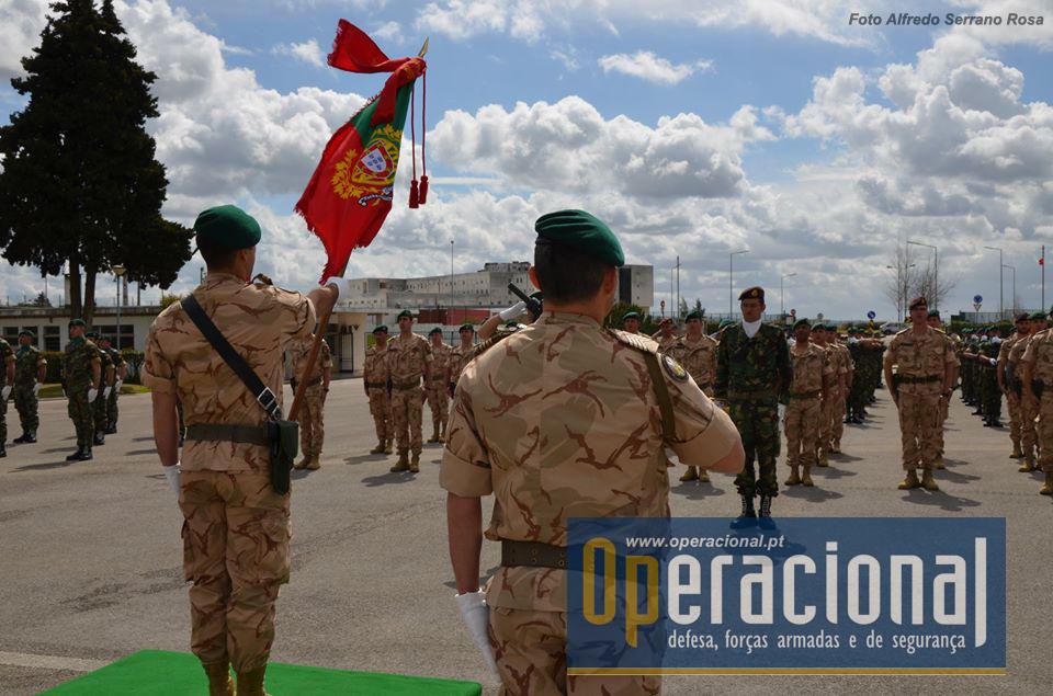 """Mais um Estandarte Nacional parte para uma missão no exterior do território nacional. O 3.º Contingente Nacional na operação """"Inherent Resolve - Iraque"""""""