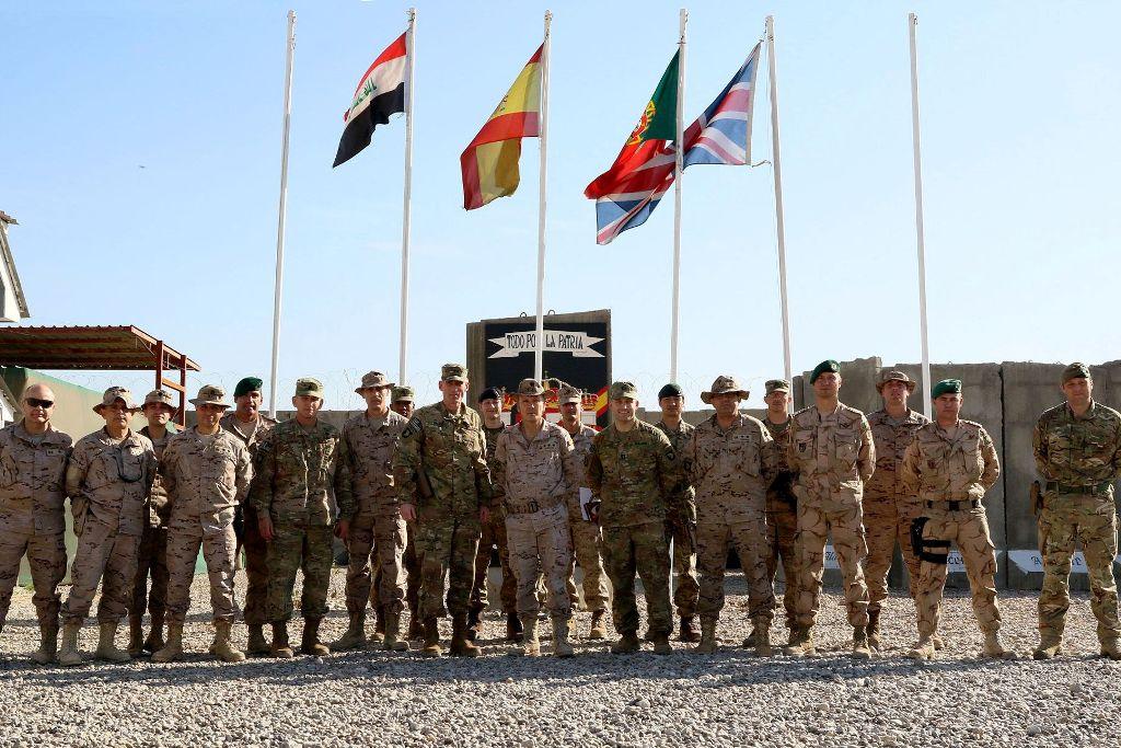 No decurso da primeira visita a Besmayah, o general de divisão Gary J. Volesky, novo chefe do Comando da Componente Terrestre da Coligação no Iraque (CJFLCC-I: Combined Joint Forces Land Component Command - Iraq) , posa para a posteridades com militares das várias nacionalidades ali presentes, nomeadamente os portugueses.