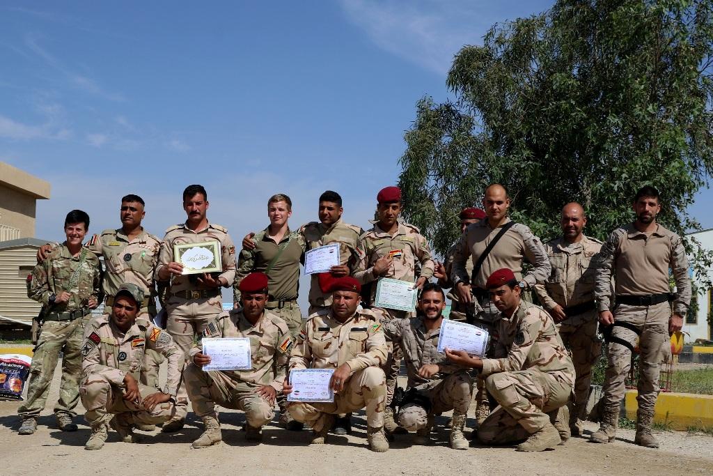 Alunos e instrutores no final do curso de sapadores de combate