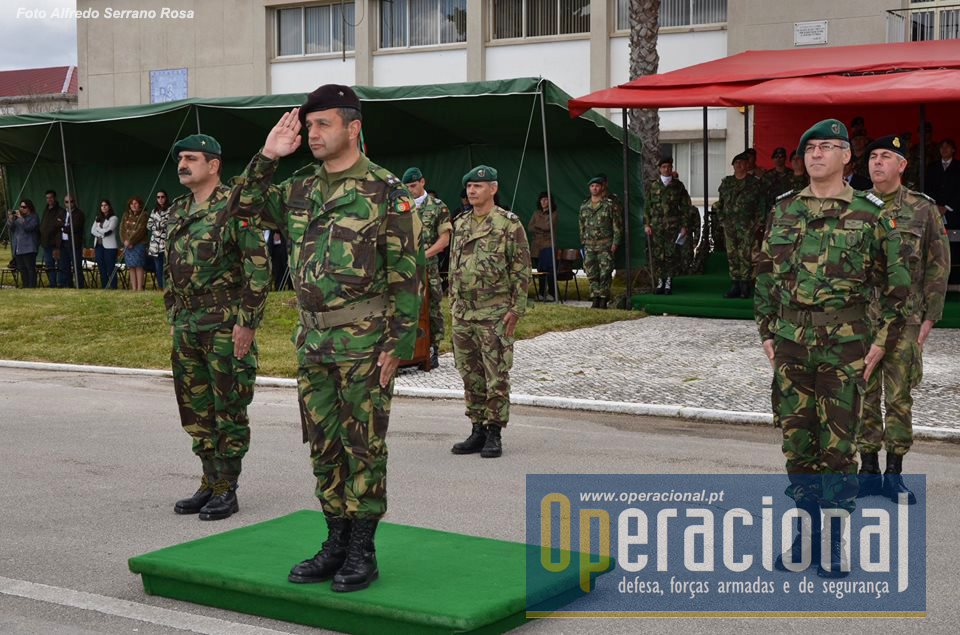 O Comandante das Forças Terrestres, Tenente-General Faria Menezes, recebe a continência das forças em parada, ladeado pelo Major-general Carlos Perestrelo e pelo Comandante do RI 15, Coronel Esperança