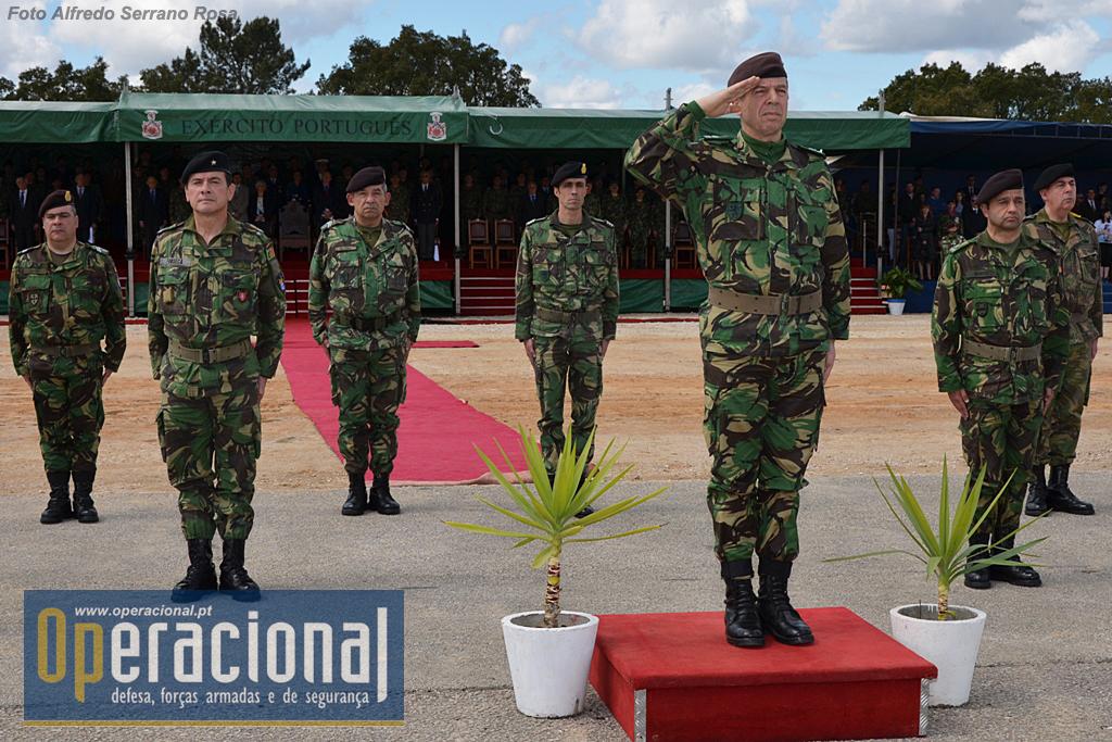 O General CEME, General Rovisco Duarte, ladeado pelo Comandante das Forças Terrestres, TGen Faria Menezes, pelo Comandante da BrigMec, MGen Luís Fonseca, o Ajudante de Campo e Adjuntos de Comando.