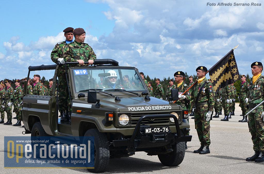 Pela primeira vez como CEME, o General Rovisco Duarte passa revista à Brigada Mecanizada.