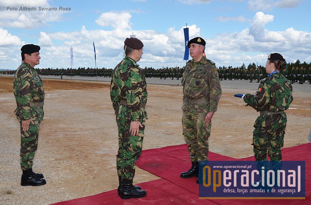 Imposição de condecorações. Na foto o CEME vai condecorar o Sargento-Mor Sequeira Rodrigues.