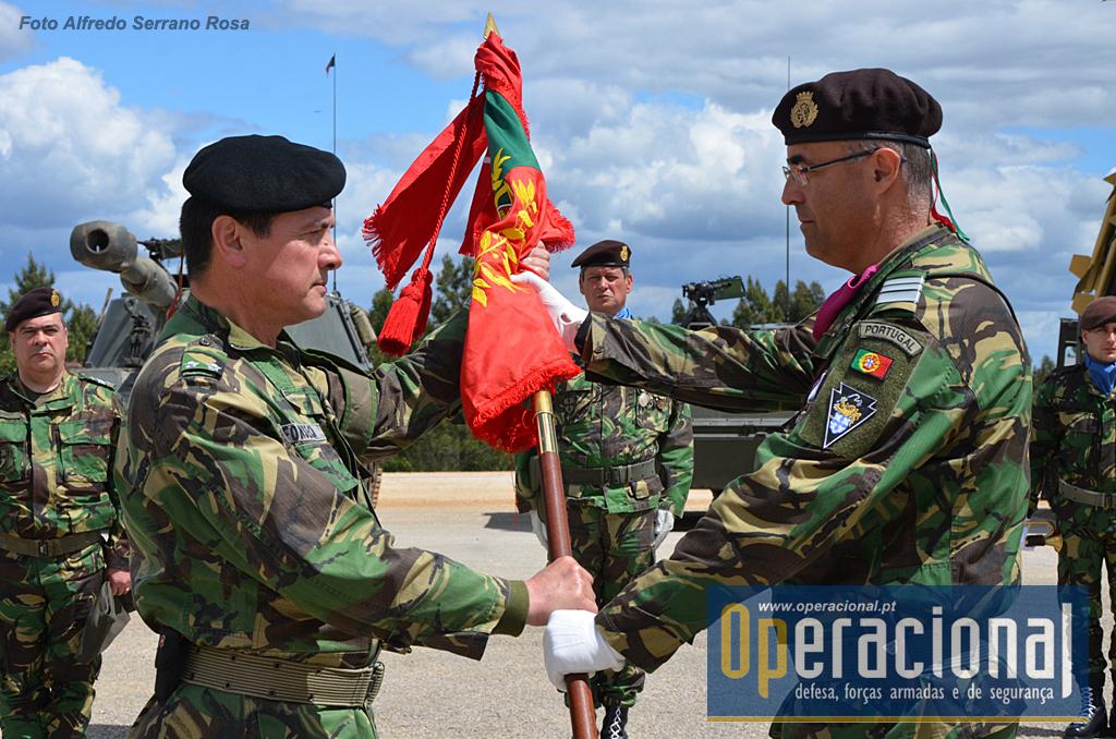 O Comandante do 2.ºBIMec, Tenente-Coronel Carlos Macieira, procede à entrega do Estandarte Nacional da unidade ao comandante da BrigMec.