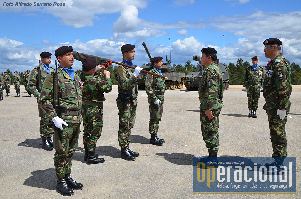 O Estandarte Nacional qie acompanhou o 2.ºBIMec como KFOR Tactical Manoeuvre Battalion, regressa agora a Santa Margarida, onde ficará...até uma próxima missão, ou, extinto o batalhão, será preservado em Museu.