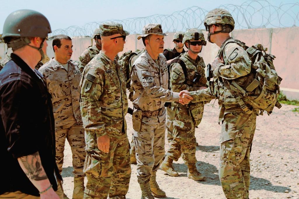 """O general Sean B. MacFarland (à direita) esteve na Base Gran Capitan para se informar sobre a formação, pela primeira vez em Besmayah, de uma """"brigada pesada"""" do Exército Iraquiano."""