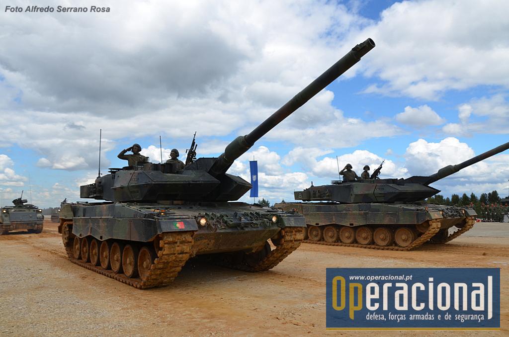 Leopard 2 A6 que equipa o Grupo de Carros de Combate eo Esquadrão de Reconhecimento