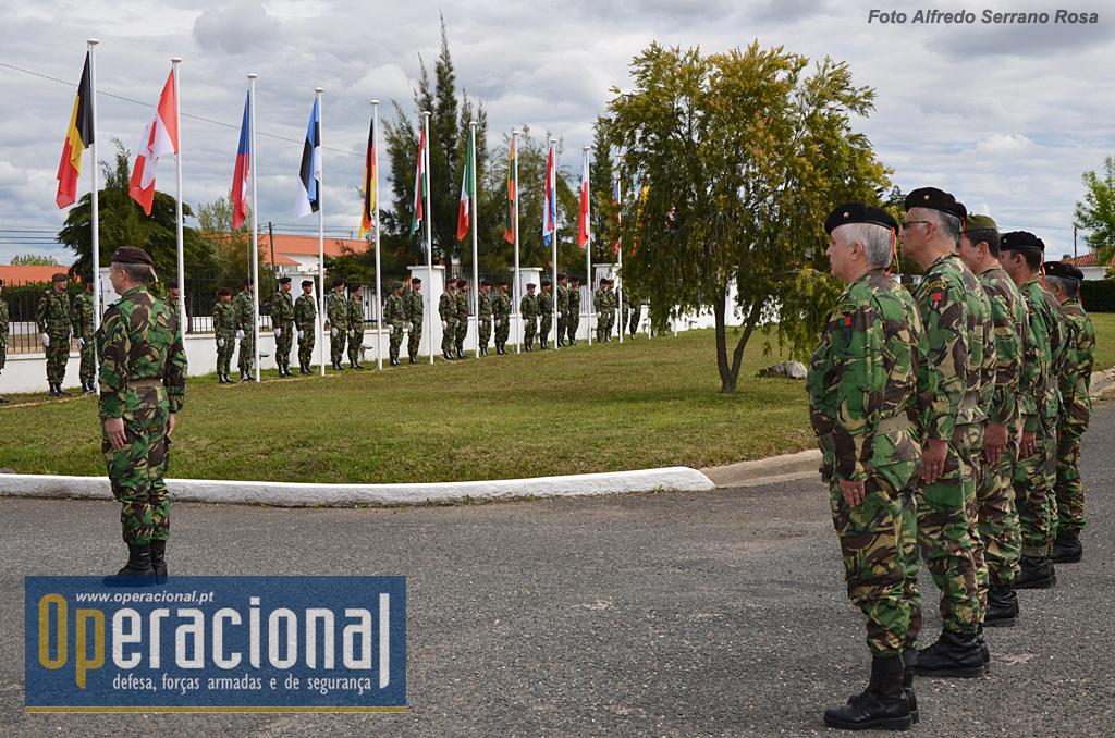"""As Bandeiras que haviam sido içadas dia 04ABR16, assinalando a """"fundação da NATO"""", nesse dia em 1949, foram arriadas em 22ABR16. A ligação da BrigMec à NATO, mesmo sem o carácter de exclusividade que teve durante anos, mantém-se muito forte. Para assim se manter e a Aliança contar com ela, além da comprovada competência do seu pessoal, é necessário continuar o processo de modernização."""