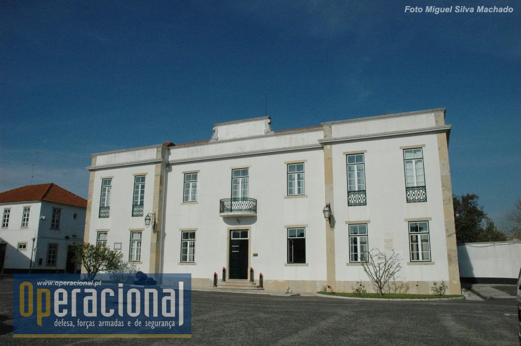 Depois do Forte do Alto do Duque o COFT, mais tarde Comando das Forças Terrestres esteve instalado em Oeiras no antigo Regimento de Artilharia de Costa.