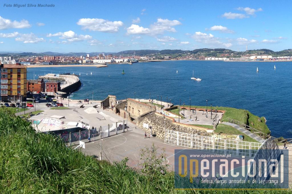 """A """"bateria de baixo"""" que durante séculos defendeu o acesso por mar à cidade, foi considerada obsoleta ainda no século XIX."""