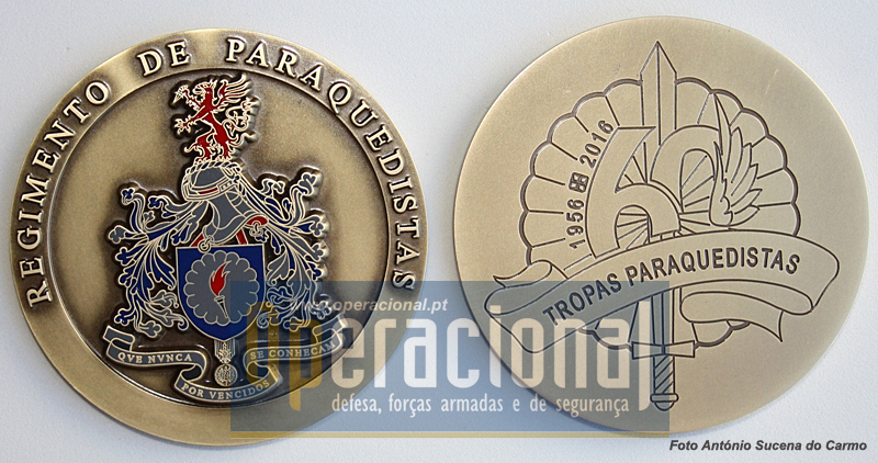 Anverso e reverso da nova Medalha Comemorativa do 60.º Aniversário das Tropas Paraquedistas Portuguesas (grafia actual)