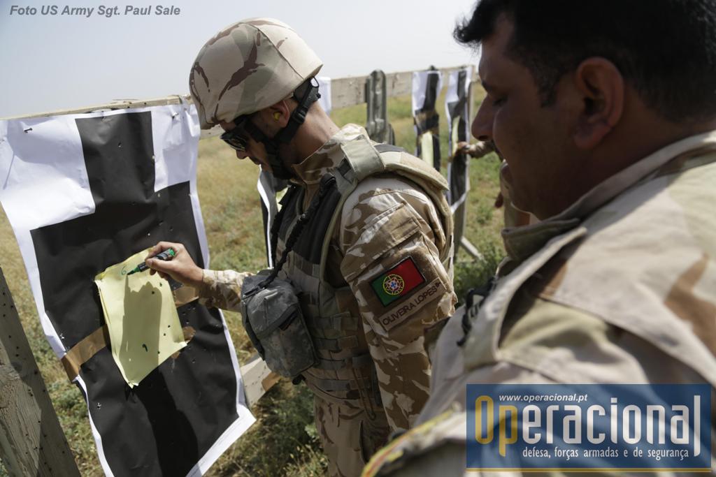 Militar português no Besmayah Range Complex durante uma sessão de tiro com militares da 35.ª brigada do Exército Iraquino