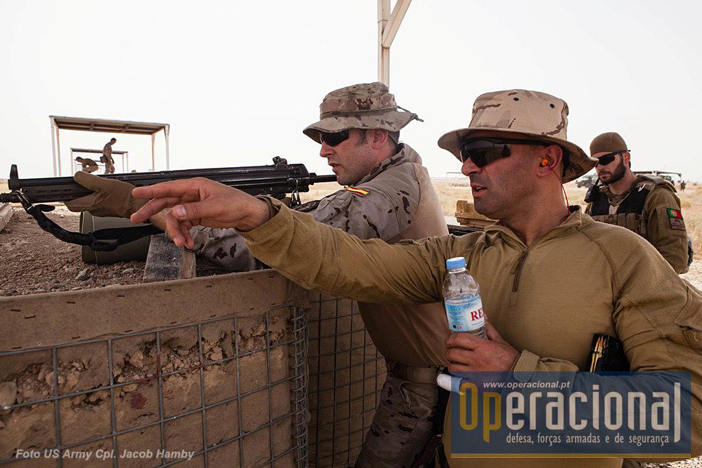 Portugueses e espanhóis fazem tiro com a nossa G-3. A realização de treino em conjunto pelos militares das várias nacionalidades presentes é indispensável para o bom funcionamneto das actividades de instrução que depoiis t~em que ministrar aos militares do Iraque.