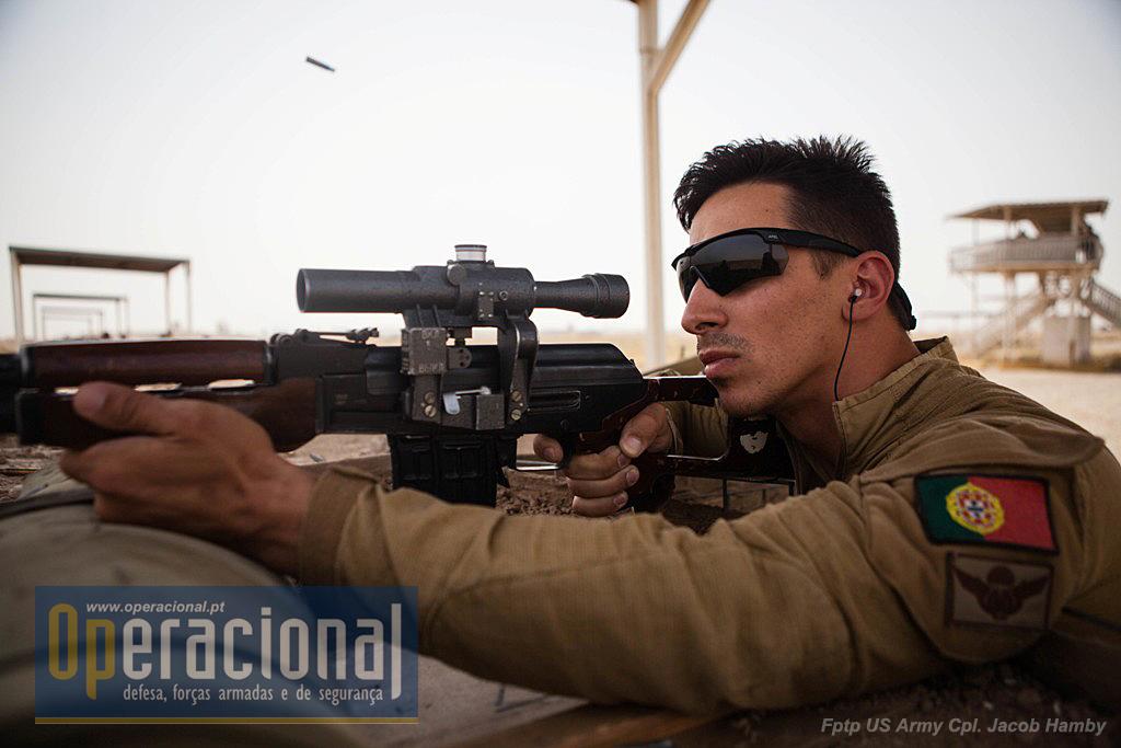 O armamento em uso no Iraque, seja qual for a sua origem tem que ser bem conhecido dos formadores. aqui, em 20 de Junho de 2016, um militar português faz tiro com uma Dragunov no Besmaya Range Complex.